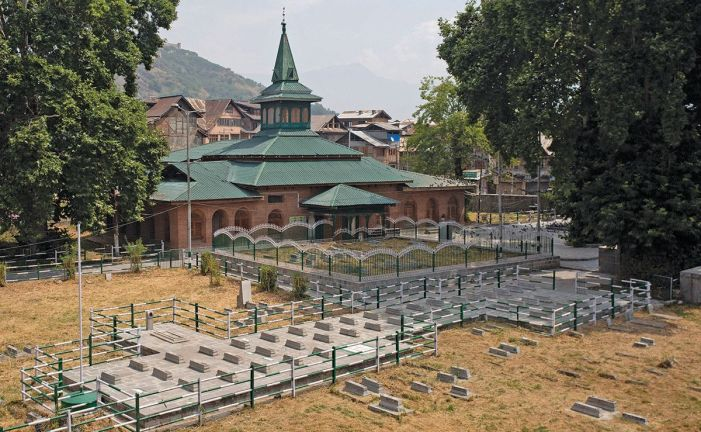 Access to graveyard blocked, but Kashmir's mainstream parties pay homage to martyrs
