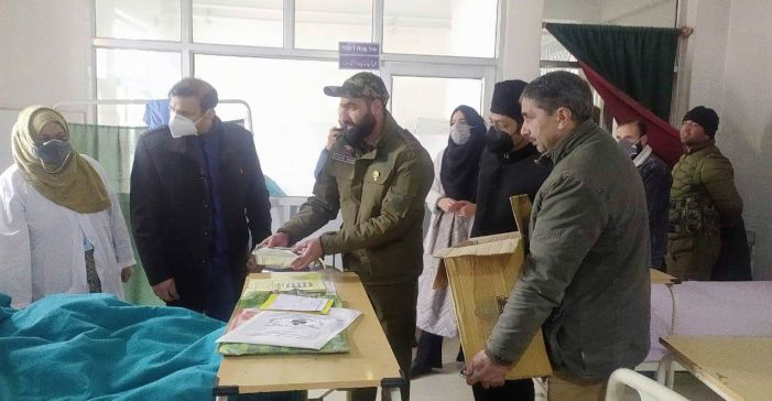 DC Pulwama visits SDH Pampore, distributed sweets,fruit among patients