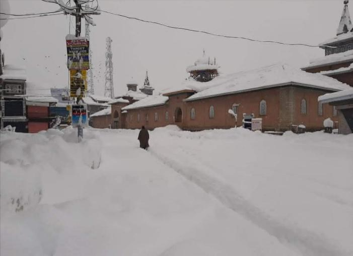 Woman forced to deliver on stretcher in snowed in Shopian village