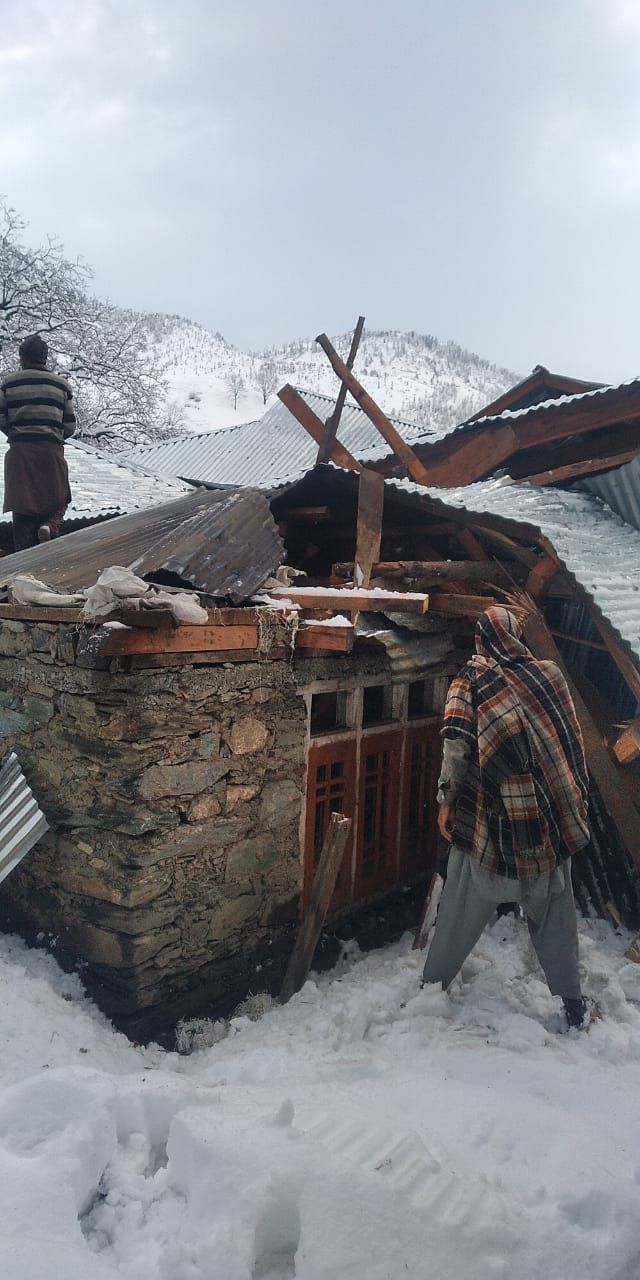 2 residential houses collapse under heavy snow in Budgam; families rescued