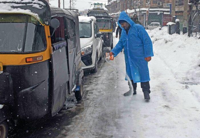 Snow still bars access to many Srinagar localities