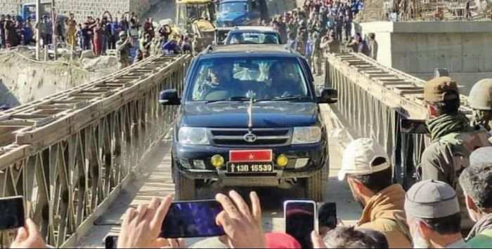 Vehicles with essential supplies enter Kashmir after 6 days