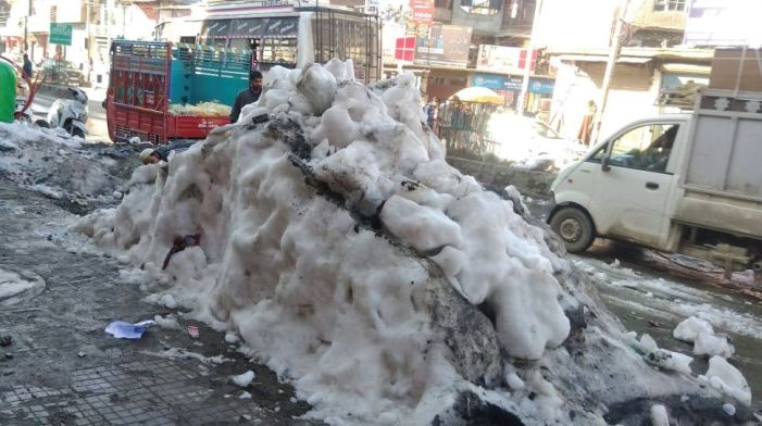 Pedestrians slip, shopkeepers sulk as snow lies uncleared in Anantnag