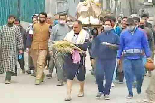 Muslims help perform the last rites of Kashmiri Pandit in Ganderbal