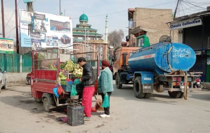 Municipal head 'intervenes' to keep hawkers on congested road to SDH Pampore