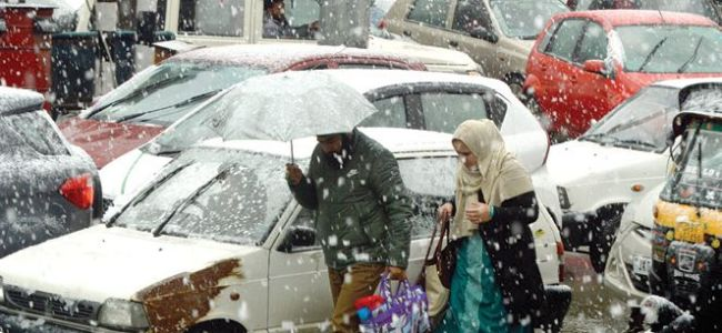 Season's first snowfall throws life out of gear across Kashmir
