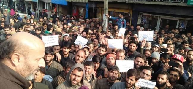Hundreds of protestors stage demos at Handwara against Pulwama killings