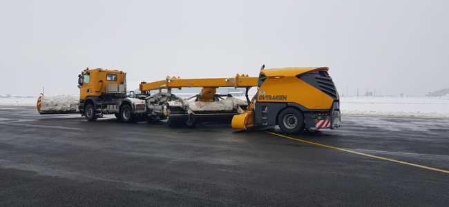 Beacon clears snow on Srinagar Airport runway