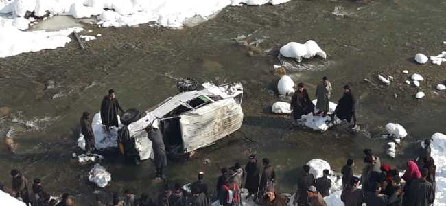 Five persons injured as sumo plunges into nallah in Kalaroos