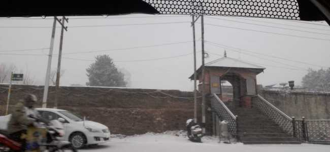 It starts snowing in Srinagar