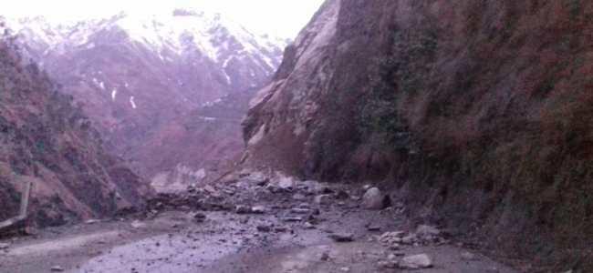 Shooting stones hit vehicle in Uri, four injured