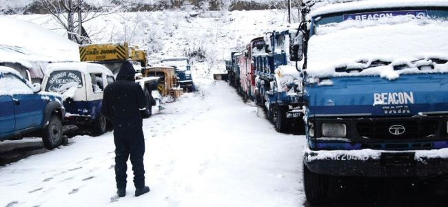 Snowfall continues in Kashmir Valley, air traffic disrupted
