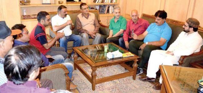 Kashmiri Pandits meet Mirwaiz at his Nigeen residence