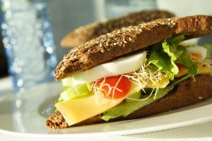 Kanapka z pełnoziarnistego  chleba