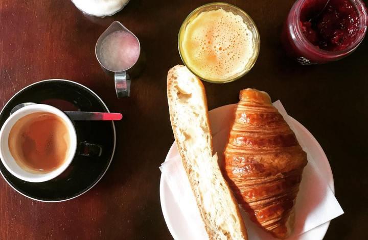 francuskie śniadanie croissant bagietka