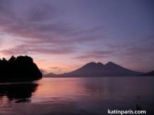 Wschód słońca nad jeziorem Atitlan.