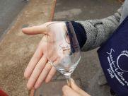 szklany kieliszek zostaje na pamiątke a na nim informacja z jakiej okazji został wyprodukowany.