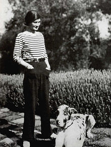 Coco Chanel w koszulce , którą spopularyzowała.