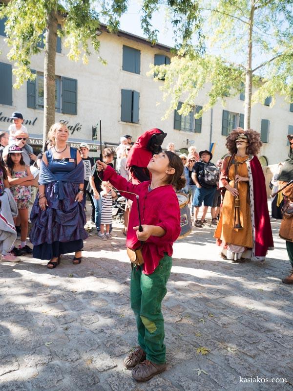 Uliczni artyści na festiwalu średniowiecznym we Francji