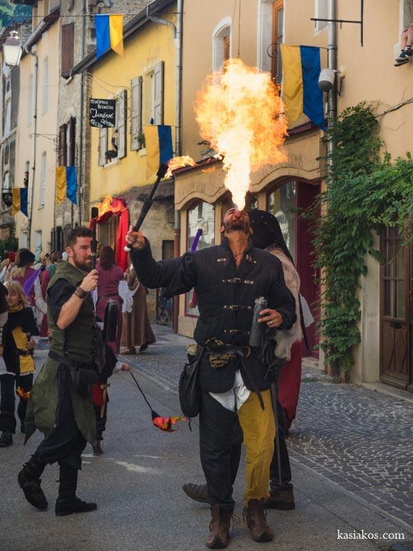Połykacz ognia na festiwalu średniowiecznym