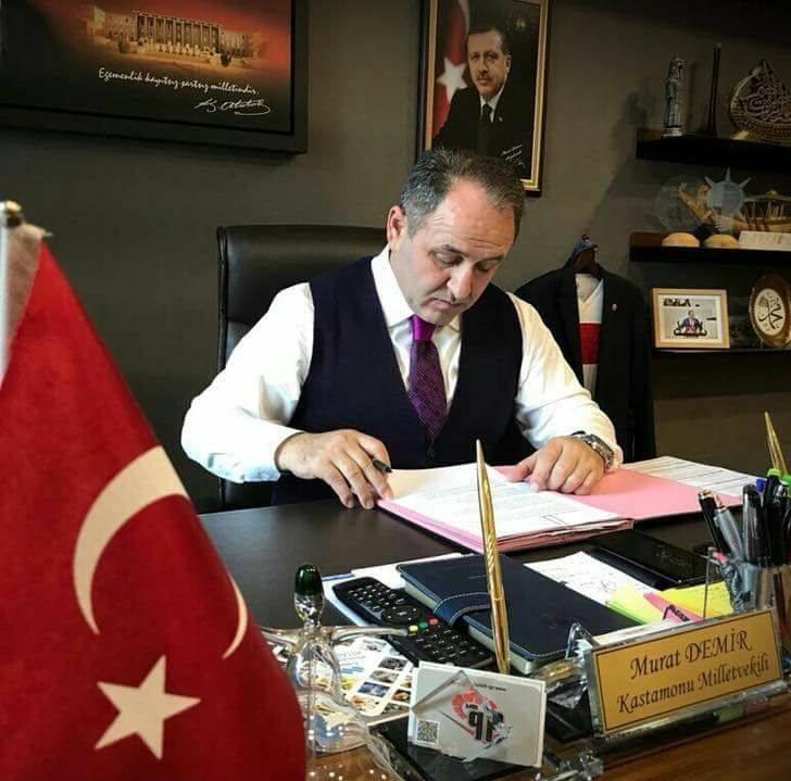 Cenaze töreninde İYİ Partili ilçe başkanı, eski milletvekili Demir'in üzerine yürüdü