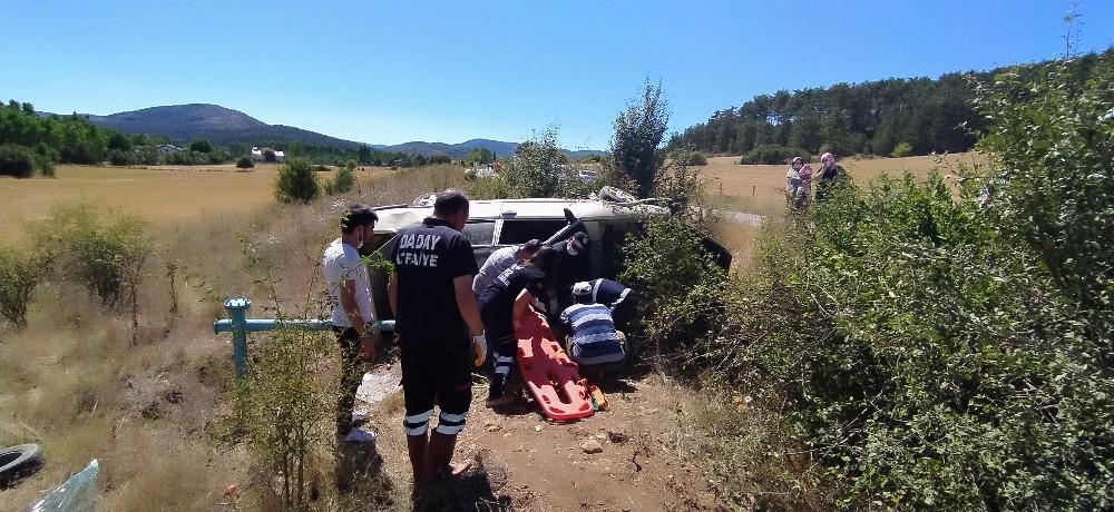 Yoldan çıkan otomobil şarampole uçtu: 3 yaralı