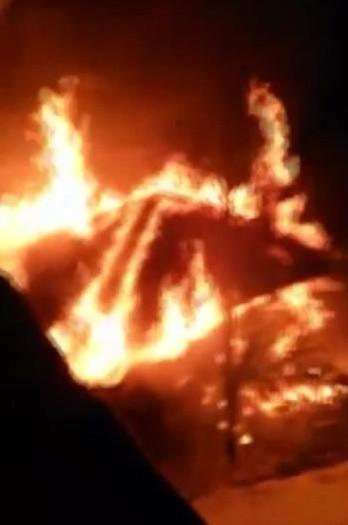 Kar yağışı nedeniyle itfaiyenin ulaşmakta güçlük çektiği yangına vatandaşlar kovalarla müdahale etti
