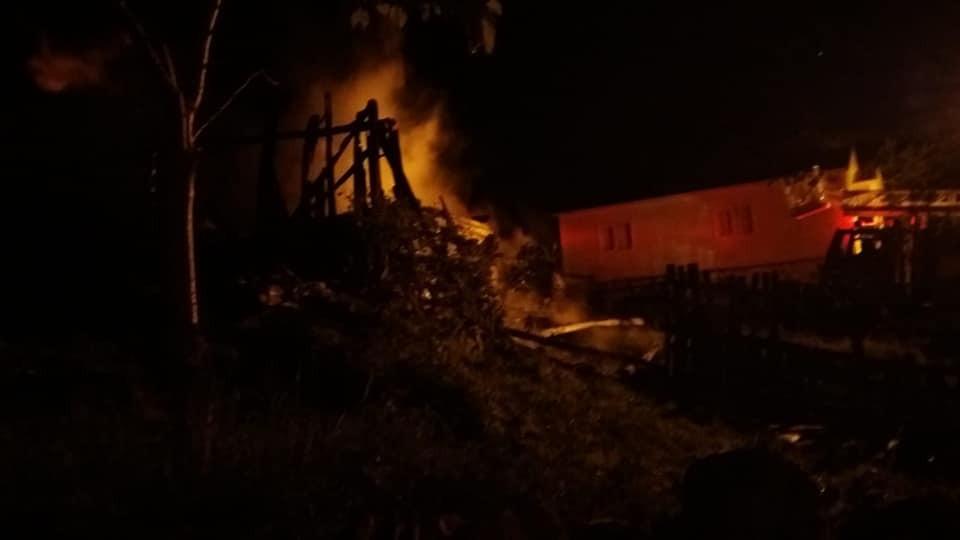 Gece saatlerinde yanan ev kullanılamaz hale geldi
