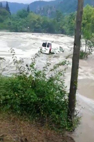 Aracının sele kapıldığını gören kadın, gözyaşlarına boğuldu