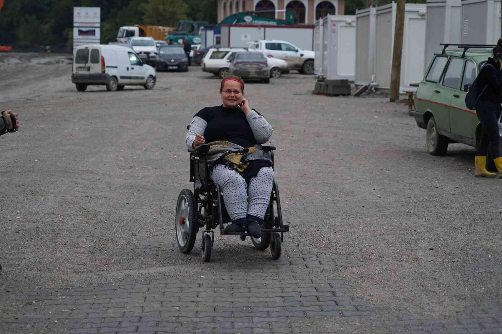 Doğuştan yürüme engelli Zübeyda'nın akülü sandalye sevinci