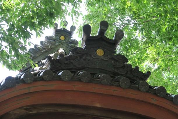 拝殿大屋根と向拝の紋入り鬼瓦