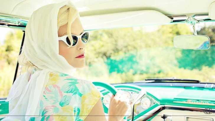運転をするステキな女性画像