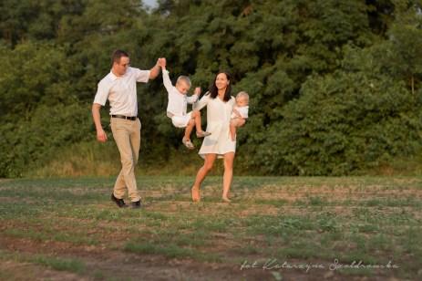 Plenerowa sesja rodzinna. Małżeństwo z dziećmi idzie przez pole. Sesja rodzinna plenerowa w Krakowie, mIstrzejowice