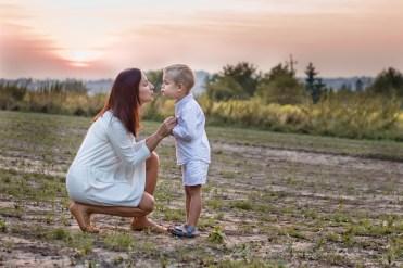 Sesja mamy z dzieckiem w Krakowie. Plenerowa fotografia rodzinna w Nowej Hucie, Prądnik