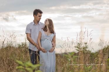 kobieta z meżczyzną pozują do sesji ciążowej wykonanej przez fotografa dziecięcego w Krakowie Prądnik, Nowa Huta.Maternity photography Cracow