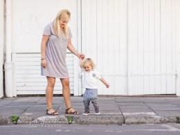 Wspołczesna sesja miejska mamy z dzieckiem w Krakowie na Kazimierzu. wykonał fotograf dziecięcy Nowa Huta