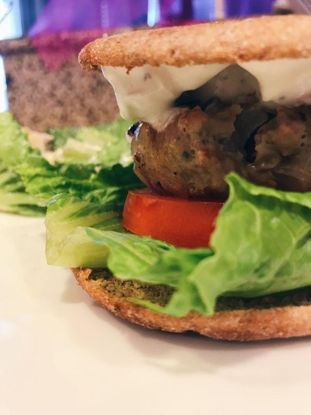 Staying Fit & Full: Warm Summer Day Turkey Burger Recipe  via www.katelynnansari.com  #healthyrecipe #turkeyburger #turkeyburgers #familymeal #easyfamilymeal #easyfamilyrecipe