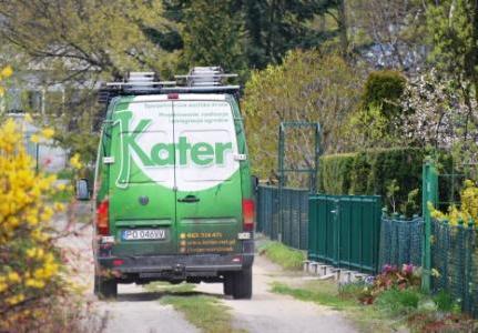 Zdjęcie przedstawia tył jednego z samochodów ogrodniczej firmy Kater.