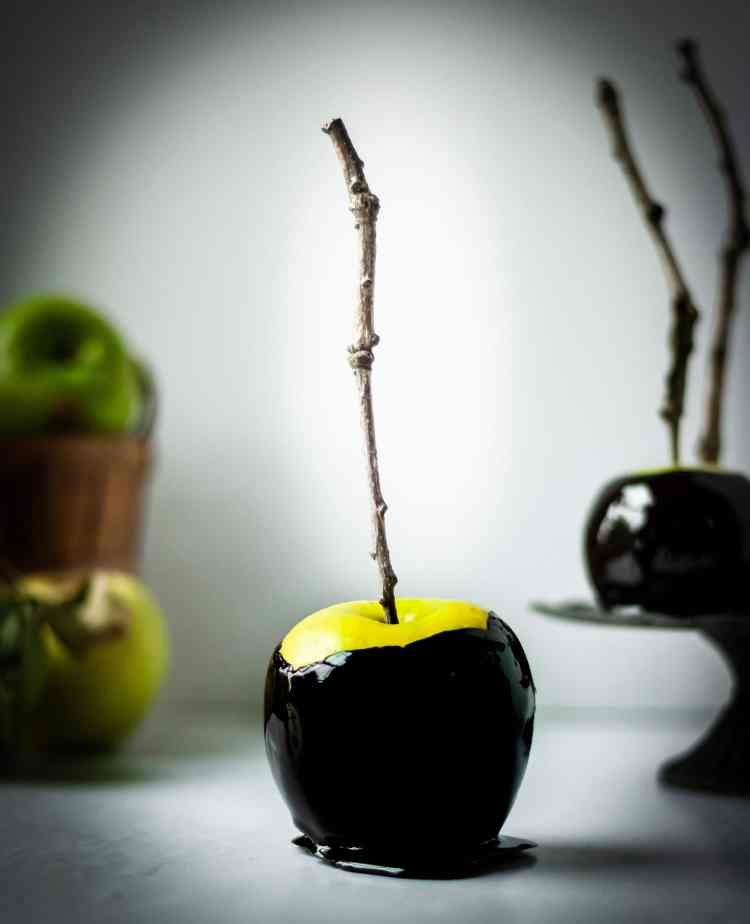 Shiny, sppoky easy Halloween poison apples