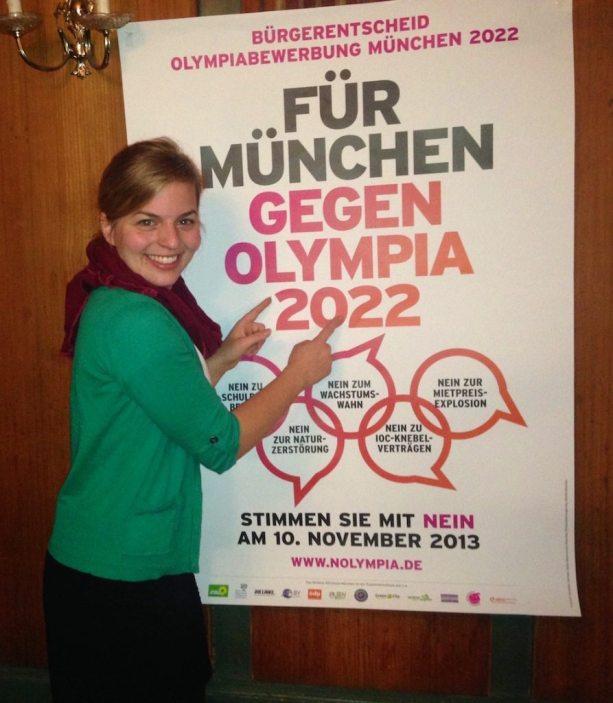 Katharina Schulze präsentiert das Nolympia-Plakat zum Bürgerentscheid 2013