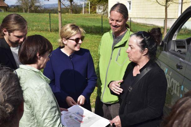 Besichtigung des Standortes für das soziale Wohnungsbauprojekt in Salzweg