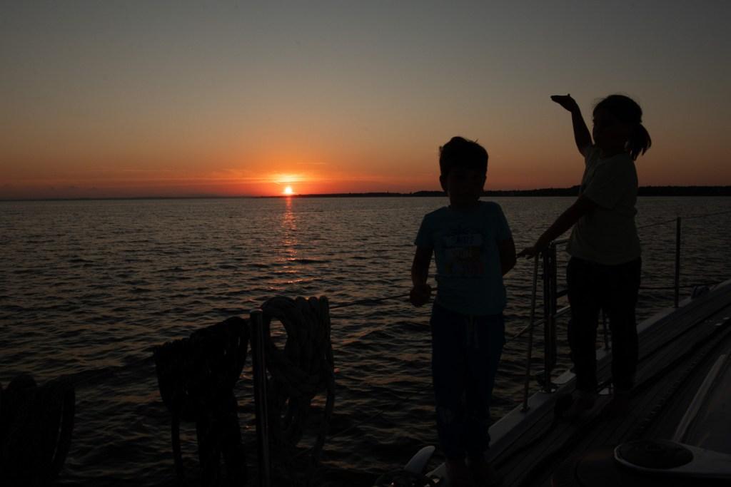Wojtek z Antkiem w czasie zachodu słońca