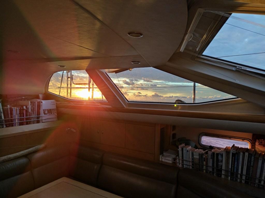 Na kotwicy przy Kuźnicach, a za oknem zachód słońca AŁ