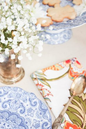 mix and match tablescape with pretty blue and white dinnerware