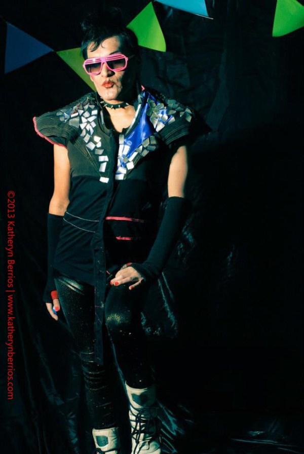 Dj -Artista Artista Transgénero Drag Performer Curador Independiente Promotor Cultural Actor/Actriz...Frau Diamanda. Polera Mixta, desarrollada en diferentes texturas: algodón, versace, algodón licrado; aplicaciones en aluminio (reciclaje de latas ), en cortes asimétricos, plástico en cinto cintura.