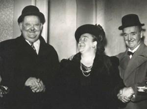 Laurel en Hardy op bezoek in de Gentse Capitole. Tussen hen in: Hélène Maréchal, een Gentse ster van weleer.