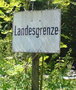 Bayerisches Hinweisschild an der Staatsgrenze zu Tirol Quelle: Wikimedia Foto: Kontrollstellekundl Lizenz: CC-BY-SA-3.0