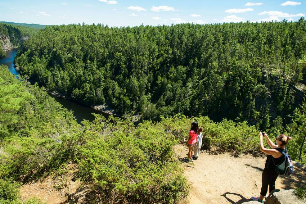 Epic Hikes With Kids - BARRON CANYON TRAIL, taking pictures of kids on a cliff #discoverON #exploremore #barroncanyontrail #algonquinpark #getoutside #liveoutdoors #ontarioparks #welivetoexplore #familytravelblogger #hikingwithkids #kidswhohike #hikingmom