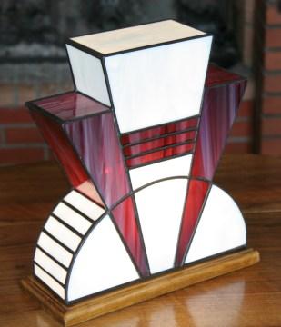 Lampe Art Déco en vitrail Tiffany. Verres opalescent blanc et violet strié de blanc. Socle en noyer massif teinté noyer finition patine antiquaire. L27*l12*H28