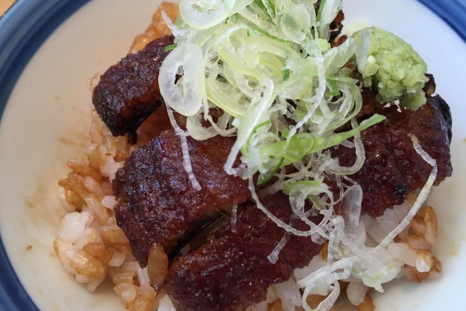 Der gegrillte Aal wird auf Reis serviert und mit süßer Soße übergossen. Dazu werden Wasabi, feine Frühlingszweibelstreifen und Suppe gereicht. Mit jedem Gang werden mehr der Zutaten zu dem Aal gegeben und so der Geschmack variiert.